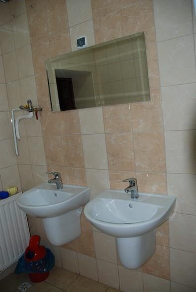 Toaleta wewnątrz budynku